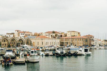 Hafen von Chania. Schöner venezianischer Hafen mit Booten.