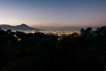 Noche de la ciudad desde el mirador en la cima de la montaña, El Salvador Foto de archivo