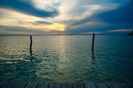 Colorful sunset observed over lake on calm summer evening in cancun, mexico. 版權商用圖片