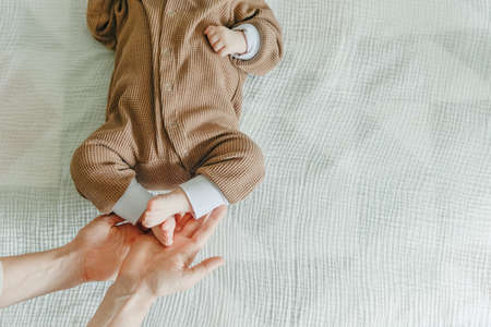 Legs newborn baby and Mama's arms heart. Banque d'images