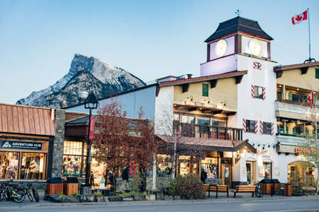 BANFF, ALBERTA, CANADA -dec, 2019 Scenic street view of the Banff Avenue. 에디토리얼