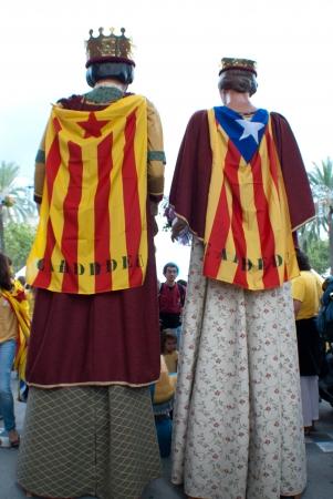 11 september: BARCELONA, ESPA�A septiembre 11st ciudadanos catalanes no identificados muestran que utilizan a la Catalunya de la Independencia el 11 de septiembre 2013, durante las celebraciones Diada en Barcelona Editorial