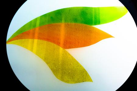 カラフルな色を塗ったガラス。抽象的な背景に最適な手作りの作品。