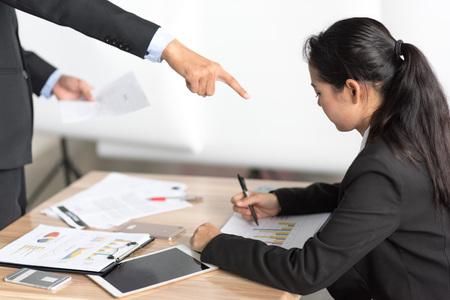 사무실에서 치열한 표현을하는 화난 고용주