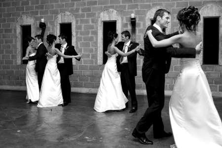 Eine Braut und pflegen das Öffnen des Tanzbodens