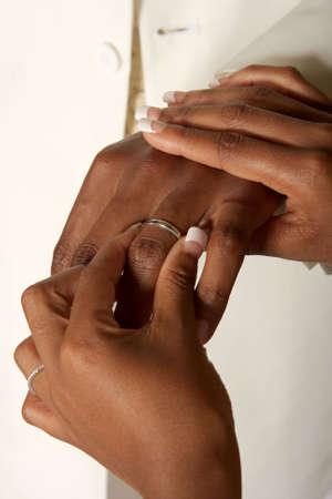 anillo de boda: Novia puesta en un anillo de boda  Foto de archivo