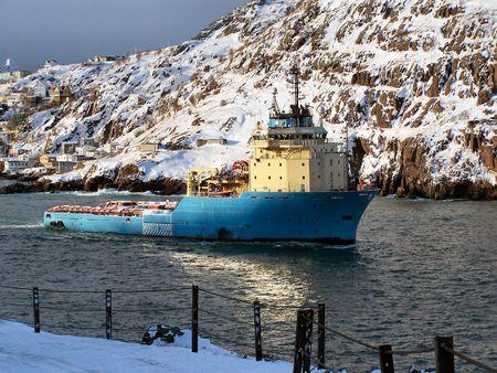 torres petroleras: un barco de la fuente que entrega fuentes a los aparejos de aceite costa afuera Foto de archivo