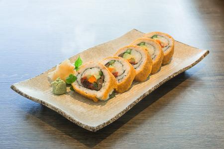 plato del buen comer: vegetales rollos de sushi japoneses en la mesa