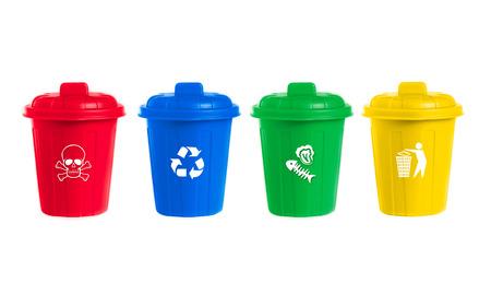separacion de basura: muchos contenedores con ruedas de color establecidos con el icono de los residuos, la ilustración del concepto de gestión de residuos