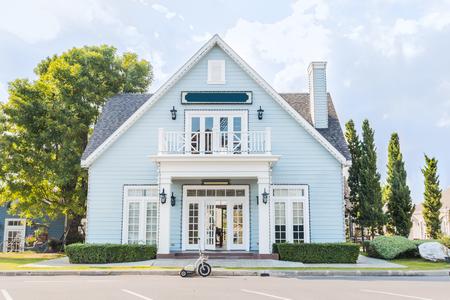 Maison bleue avec un magnifique aménagement paysager extérieur Accueil Banque d'images - 47104033
