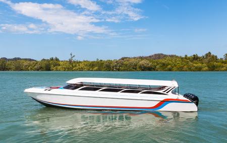 speedboot in oceaan zonnige dag