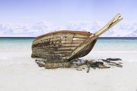 Assembler un bateau de pêche sur le sable avec le ciel bleu et la mer Banque d'images - 58035807