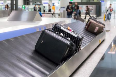 Bagages sur l'arrière-plan flou piste et objet sélectif à l'aéroport Banque d'images - 61021444