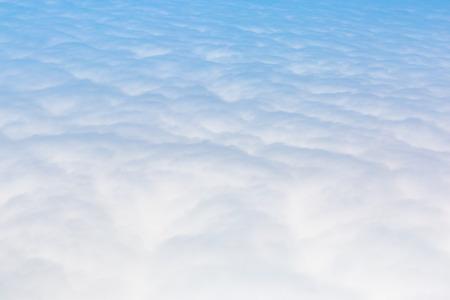 Ciel bleu Cloudscape et nuage blanc. Journée ensoleillée Banque d'images - 61394196