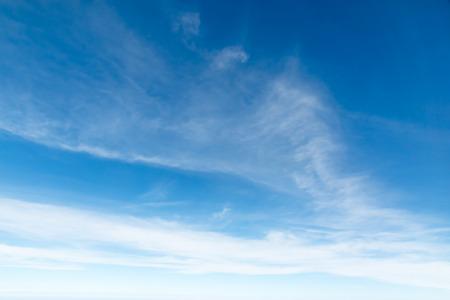 Ciel bleu Cloudscape et nuage blanc. Journée ensoleillée Banque d'images - 61394197