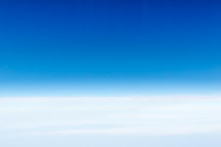 Ciel bleu Cloudscape et nuage blanc. Journée ensoleillée Banque d'images - 61393667