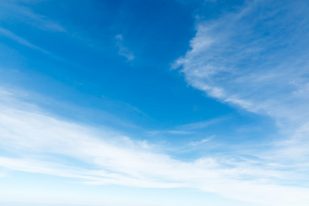 Ciel bleu Cloudscape et nuage blanc. Journée ensoleillée Banque d'images - 61393670