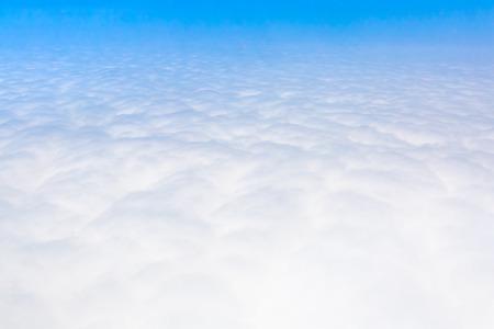 Ciel bleu Cloudscape et nuage blanc. Journée ensoleillée Banque d'images - 61393673