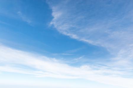Ciel bleu Cloudscape et nuage blanc. Journée ensoleillée Banque d'images - 61393678