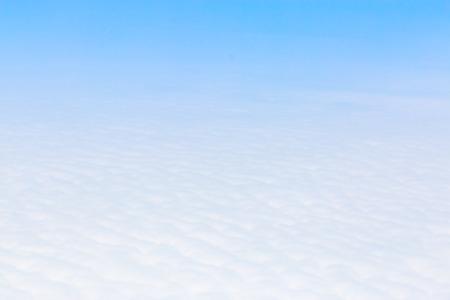 Ciel bleu Cloudscape et nuage blanc. Journée ensoleillée Banque d'images - 61393679