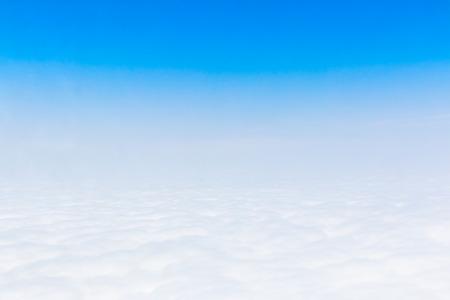 Ciel bleu Cloudscape et nuage blanc. Journée ensoleillée Banque d'images - 61393681