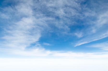 Ciel bleu Cloudscape et nuage blanc. Journée ensoleillée Banque d'images - 61393698