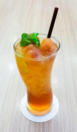 Thé au citron de glace sur la table en bois fond, à faible ouverture Banque d'images - 64444852
