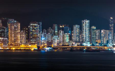 Hong Kong City la nuit et bâtiment moderne au crépuscule Banque d'images - 65458702