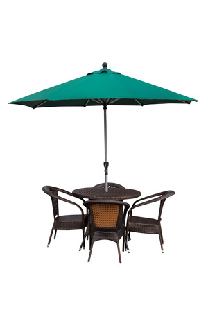 Table, chaises et parasol à l'extérieur sur fond blanc Banque d'images - 74658775