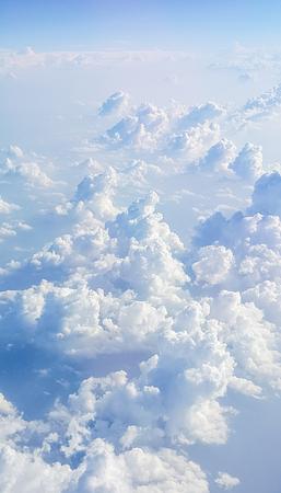 Ciel bleu Cloudscape et nuage blanc. Journée ensoleillée Banque d'images - 84396062
