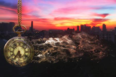 懐中時計は都市景観の背景を持つ崩壊は最後に日光 (時間を無駄の概念)
