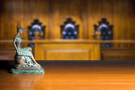 法廷で裁判官の椅子と空のベンチ 写真素材