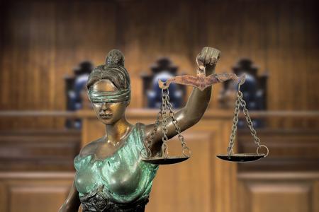 正義の女神またはベンチの背景にテミス