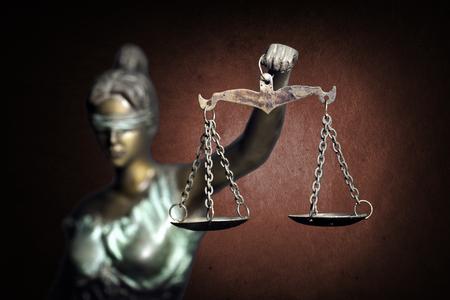 血色の良い背景に正義の女神