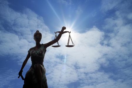 Sylwetka Pani Sprawiedliwości i światło Boga