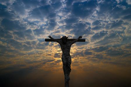 Silueta, de, jesucristo, crucifijo, cruz, en, cielo Foto de archivo