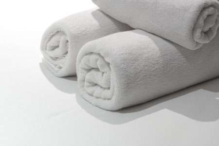 Stacks of role white towel on bed Stockfoto