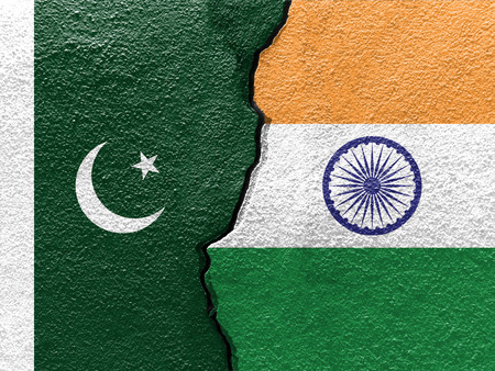 Pakistan and India flags on cracked concrete (International conflict concept) Stockfoto
