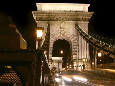 Budapest, chainbridge entrada por la noche