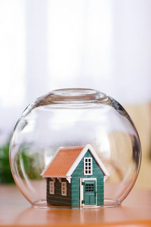 Conceptual view of protecting a house - real estate insurance 스톡 콘텐츠