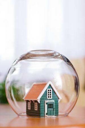 Conceptual vista de la protecci�n de una casa - de seguros de bienes ra�ces