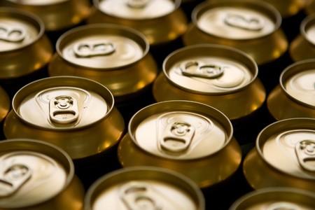 Vista superior de organizarse, latas de cerveza met�lico Foto de archivo