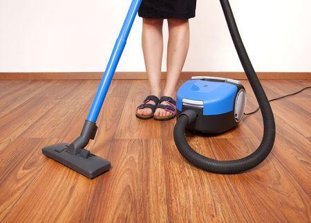 empleada domestica: Mujer de limpieza el piso con aspiradora