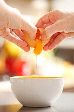 Bereiden van voedsel: handen kraken up een rauw ei