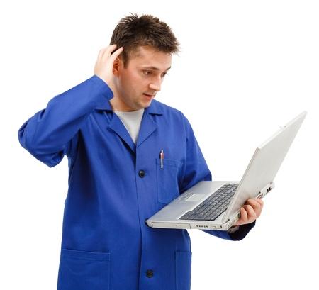 kratzspuren: Junger Arbeitnehmer Mann mit Laptop, seinen Kopf kratzen, er versteht nicht etwas Lizenzfreie Bilder