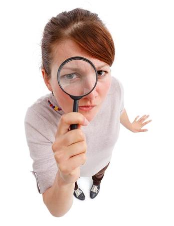 Casual joven, mirando a trav�s de la lente de Ampliador como detectives, analizar o encontrar algo Foto de archivo