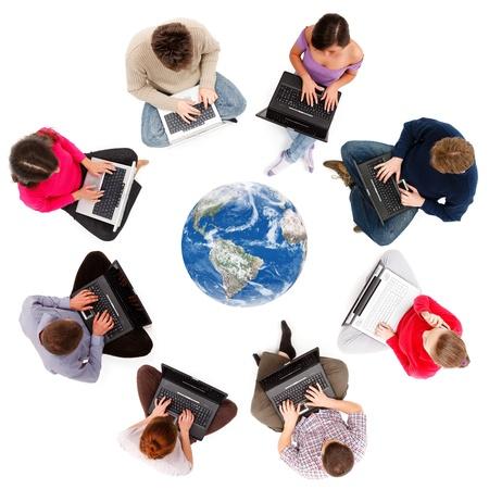 interaccion social: Miembros de la red social tecleando en ordenadores portátiles, vistos desde arriba