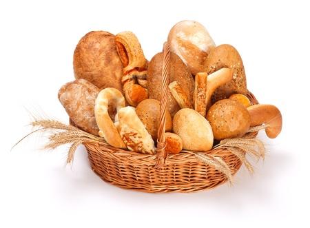 canasta de pan: Pan fresco al horno y pastelería en la cesta sobre fondo blanco
