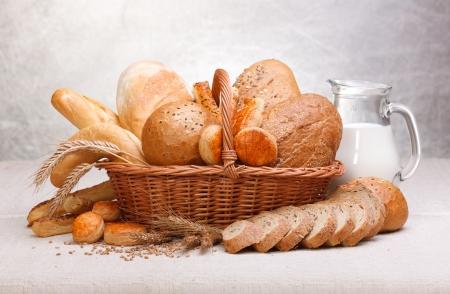 焼きたてのパンおよびミルク水差しにお菓子