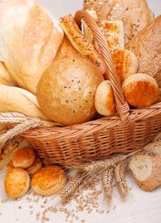canasta de panes: Closeup vista de los distintos productos cocidos al horno frescos en cesta